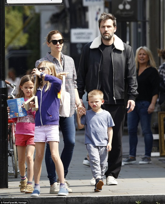 3416bb2300000578-3587384-fun_in_the_sun_jennifer_garner_ben_affleck_and_their_children_ha-a-90_1463131817795
